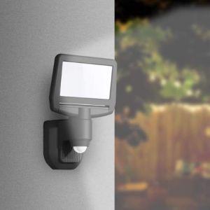 A installer en applique sur un mur extérieur de votre maison, ce projecteur solaire à LED dispose d'un détecteur de mouvement infrarouge.